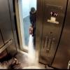 Te mit tennél ha a liftben egy gyilkosság szemtanúja volnál?