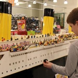 Egy autista gyermek LEGO-ból megépítette a Titanic pontos mását! VIDEÓ itt!